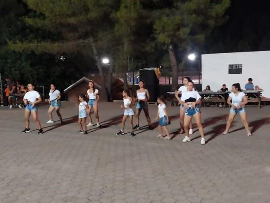 Βραδινή ψυχαγωγία με την ομάδα της ΠΕΑΝΔ να παρουσιάζει το χορευρικό της