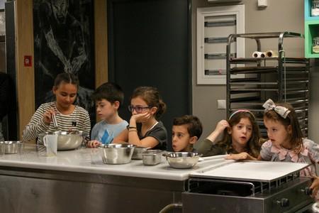 τα παιδιά καθόλα έτοιμα για την έναρξη των γλυκών