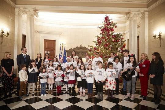 Τα παιδιά της Ένωσης έψαλαν τα κάλαντα στον Πρωθυπουργό