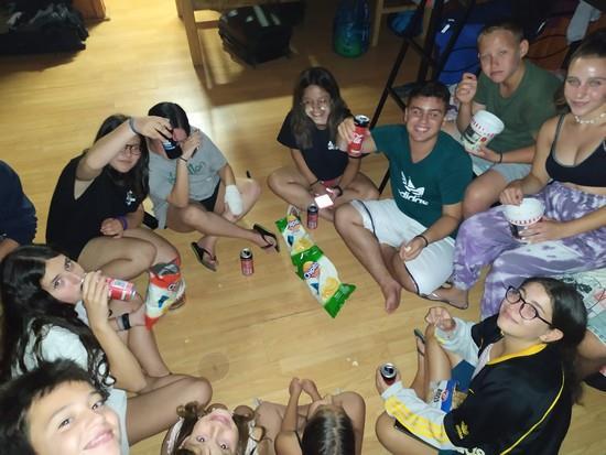 Βραδινή μεταμεσονύχτια ψυχαγωγία των παιδιών της ομάδας μας