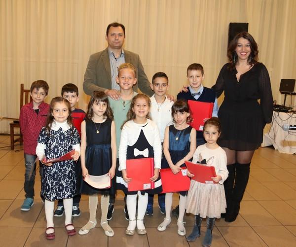 η παιδική χορωδία με τους μουσικούς κ. Τάσο Σταματόγλου και κ. Δέσποινα Μανέα