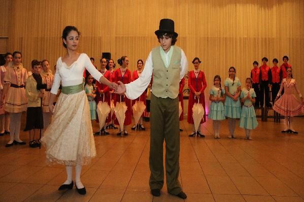 Θεατρική παράσταση- το μέλος της ΠΕΑΝΔ Ραφαέλα Γκίκα